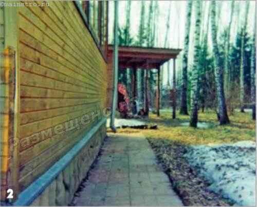 Отмостка из тротуарных плиток уложена ниже прилегающей территории и имеет явно выраженный уклон в сторону цоколя