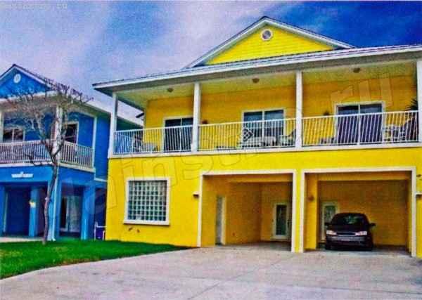 Желтый дом выглядит очень ярко и солнечно, что особенно заметно на фоне холодного синего фасада его соседа