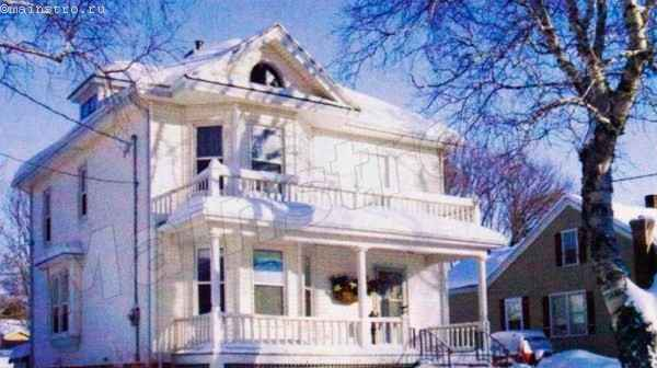 Белый дом, ярко выделяющийся на зеленом фоне летом, зимой полностью сливается с окружением