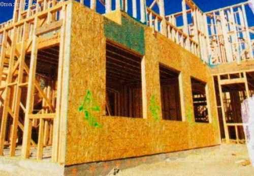 При одинаковом пятне плана меньшая толщина стен дома из легких конструкций по сравнению с домом из тяжелых материалов дает прибавку площади помещений
