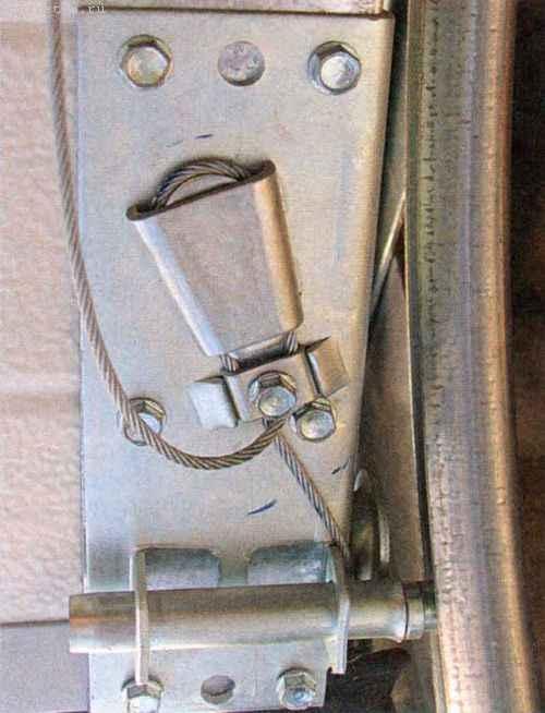 При установке нижнего углового кронштейна трос заводим в клиновидный карман на кронштейне