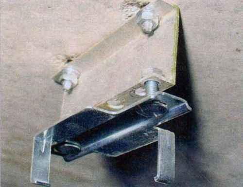 варианты крепления кронштейнов для крепления направляющей к потолку гаража