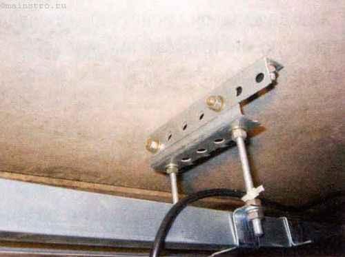 Крепление направляющей к потолку гаража