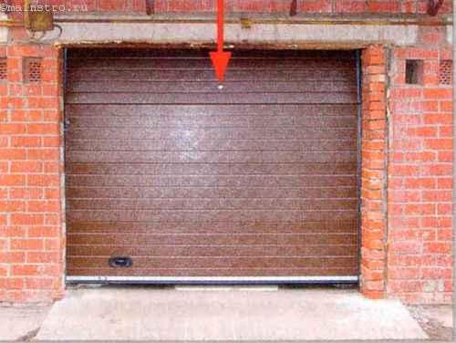 Внешний вид гаража с секционными подъемными воротами