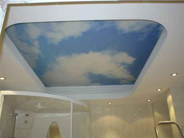 Натяжные потолки в зале с фото «небо с облаками»