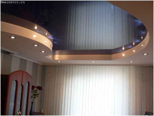 Комбинированные натяжные потолки с подсветкой в зале