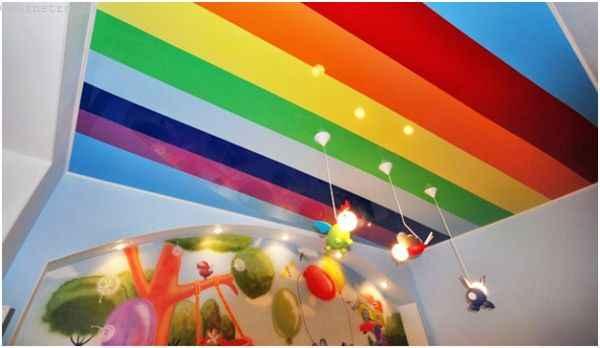 На фото комбинированные натяжные потолки в виде радуги