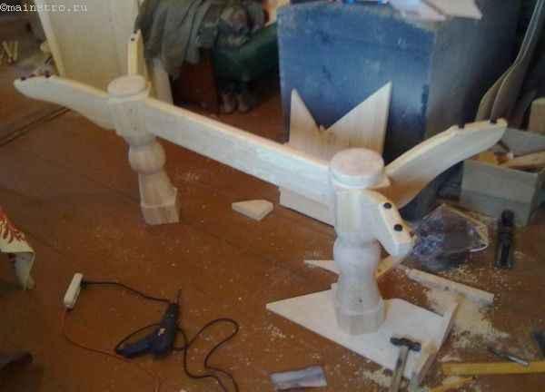 соединяем лапки, центральную перекладину и ножки кухонного стола в одну конструкцию