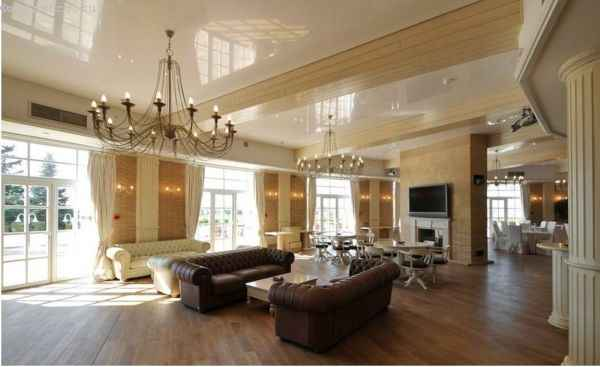 натяжной потолок с люстрами в большом помещении