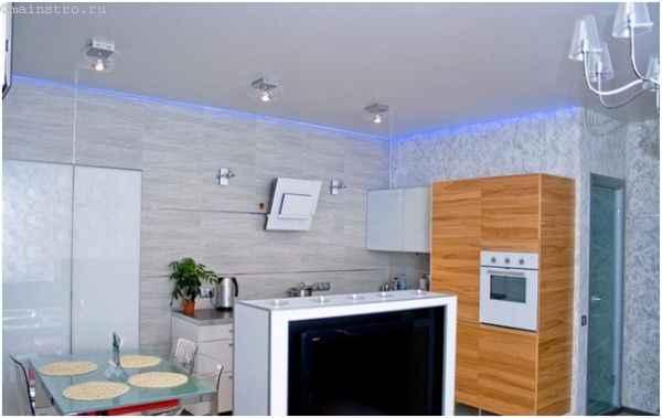 освещение натяжного потолка с помощью люстры, светильников и светодиодной подсветки