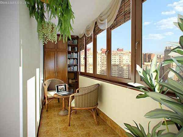 Балкон с керамической плиткой на полу - фото