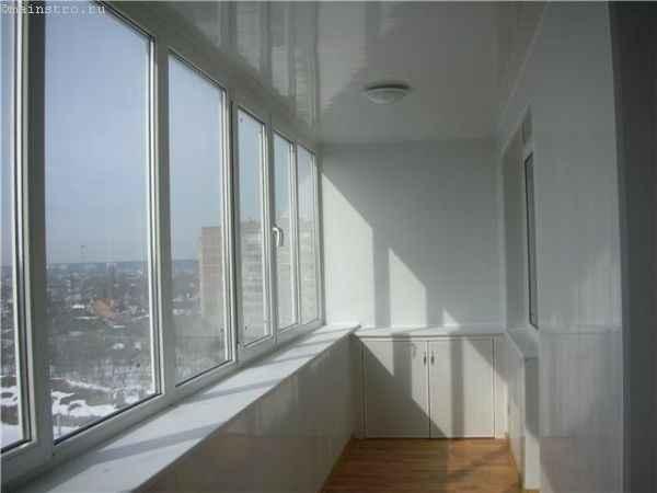 Фото балкона, обшитого изнутри стеновыми ПВХ панелями