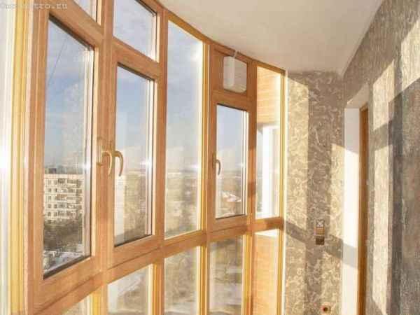 Деревянные окна на балконе (евроокна)