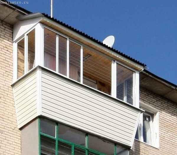 Остекленный балкон с крышей, выносной рамой и раздвижными створками