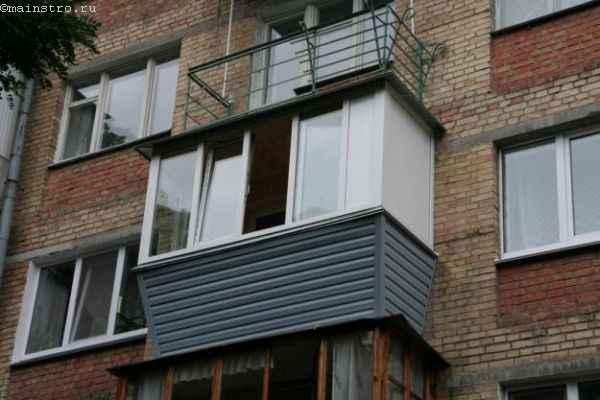 Балкон с выносным остеклением - фото с улицы