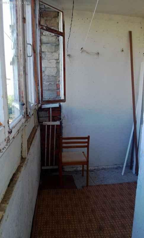 Узкий и низкий парапет на старом балконе