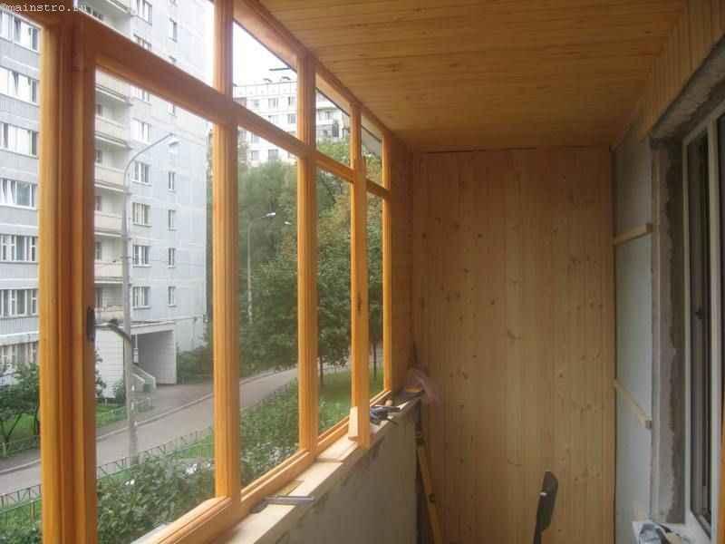 Остекление балконов деревом - фото