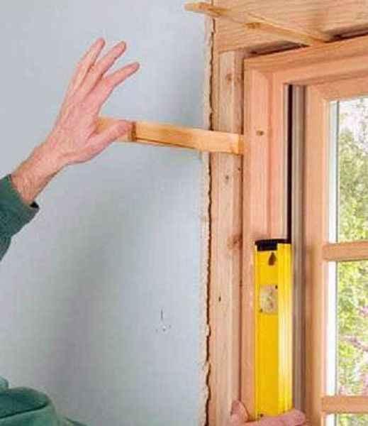 Остекление балконов деревом: выравнивание рамы
