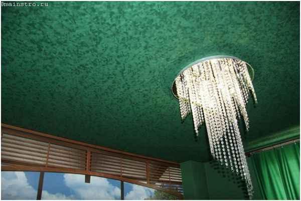 Фактурный натяжной потолок с люстрой по центру