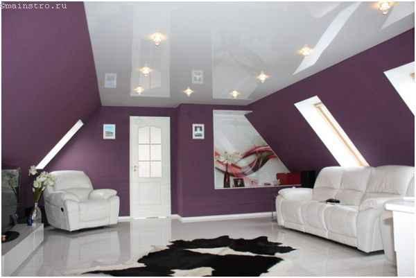 На фото глянцевые потолки в интерьере гостиной