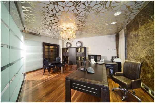 Фактурный натяжной потолок в кабинете - фото интерьера