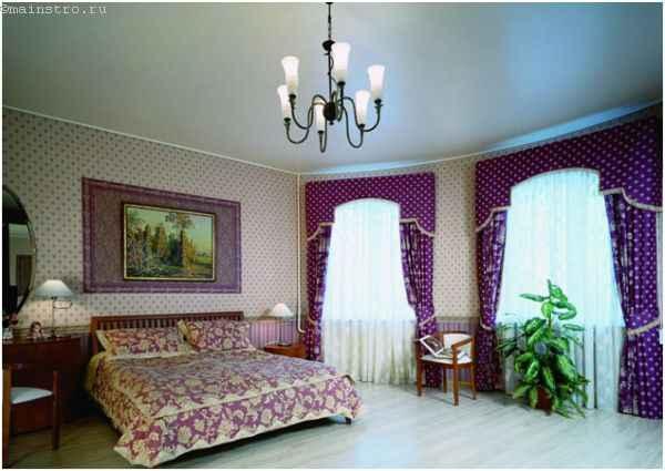 Сатиновый натяжной потолок с подвесной люстрой