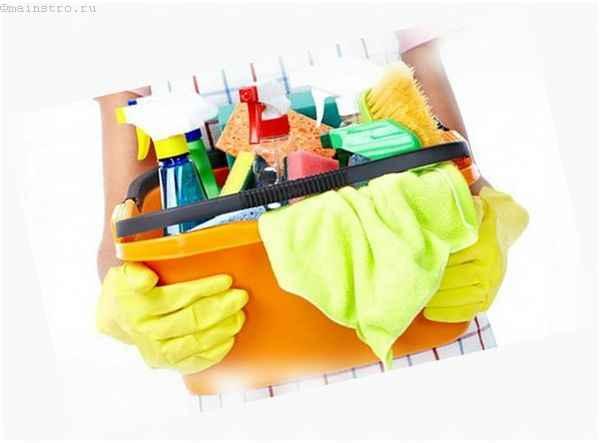 Уход за натяжным полотном в ванной или на кухне: на фото средства для уборки
