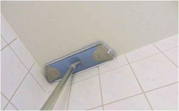 Уход за натяжным потолком в ванной с помощью швабры