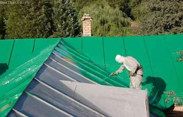Ремонт скатной крыши: покраска металлического листа