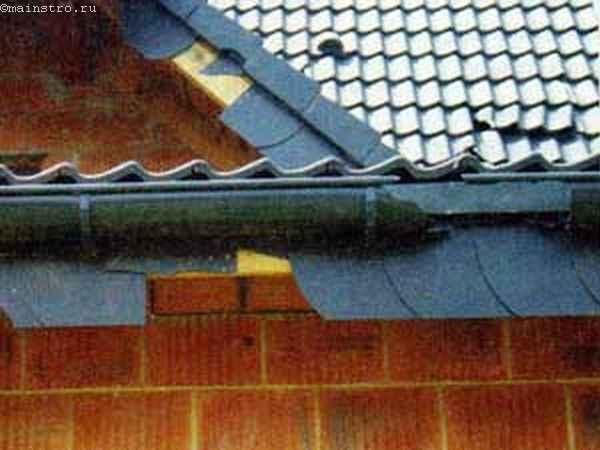 Ремонт скатной крыши: на фото желоба для сточных вод