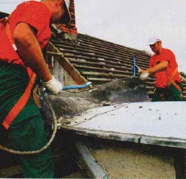 Капитальный ремонт скатной крыши: на фото бригада кровельщиков