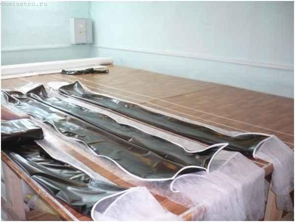 Изготовление натяжного потолка: на фото упаковка материала