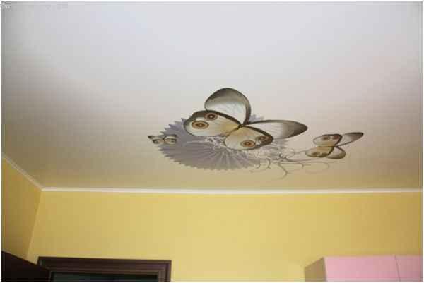На фото тканевый натяжной потолок в десткой с печатью