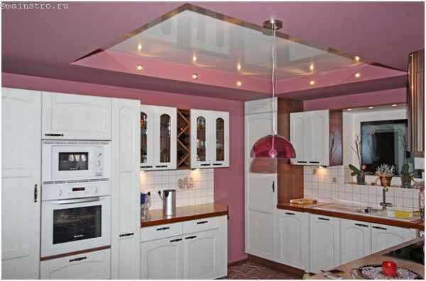 Зеркальный натяжной потолок на кухне