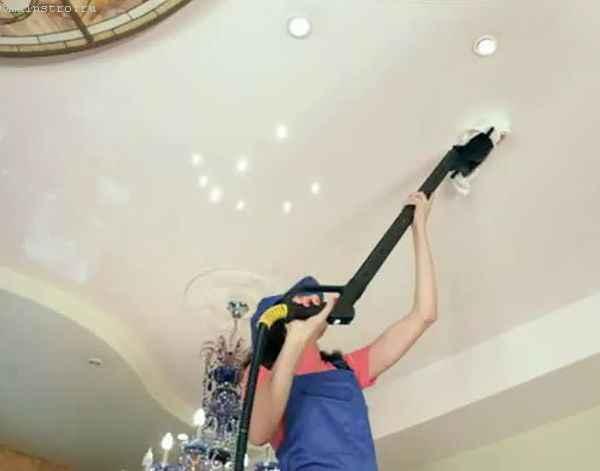 натяжной потолок чистят пылесосом со специальной насадкой в виде щётки