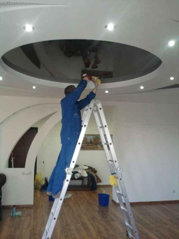 глянцевый натяжной потолок очищают неабразивным средством