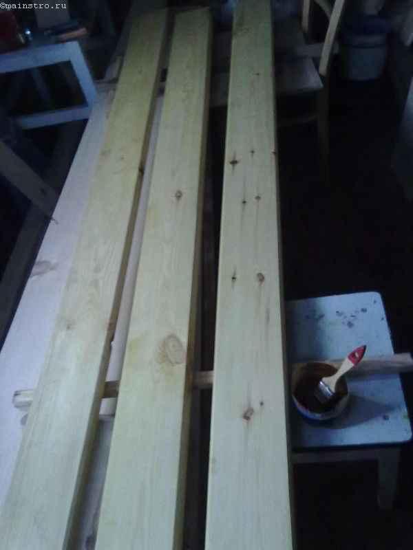 Обработка досок сидений скамеек для садовой беседки антисептиком
