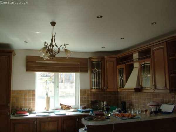 Матовые белые натяжные потолки на кухне