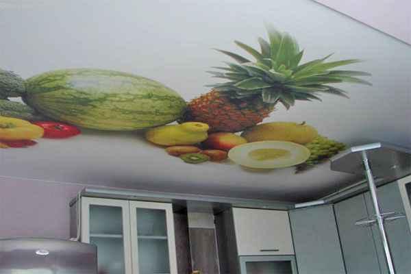 Натяжные потолки с фотопечатью фруктов на кухне