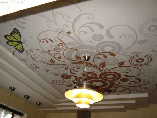 Натяжные потолки с фотопечатью и люстрой