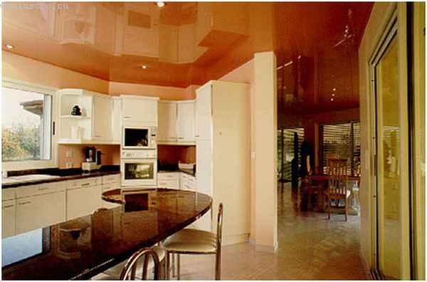 Натяжные потолки для кухни теплых цветов