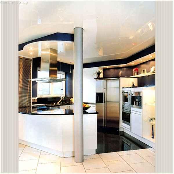 Натяжной потолок на кухне соединяет прихожую