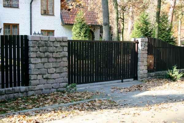въездные ворота с деревянным заполнением пролётов