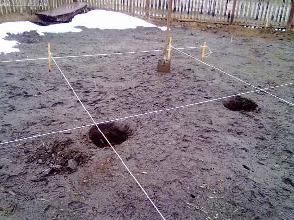 Разбивка места под садовую беседку с помощью колышков и шнура