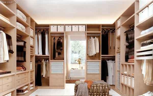 На фото вместительная гардеробная комната с отделениями