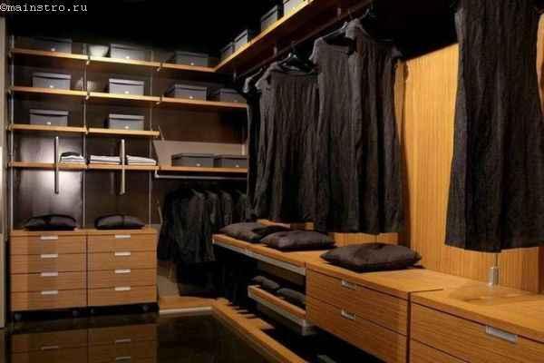 На фото гардеробная комната открытого типа