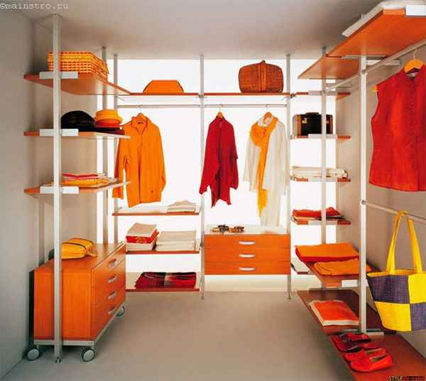 На фото гардеробная комната с выдвижными ящиками