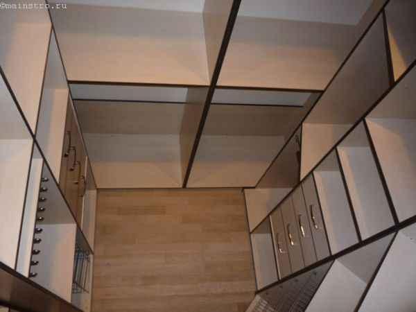 Небольшая гардеробная комната - фото