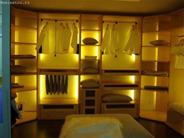 Гардеробная комната с пуфиков - фото
