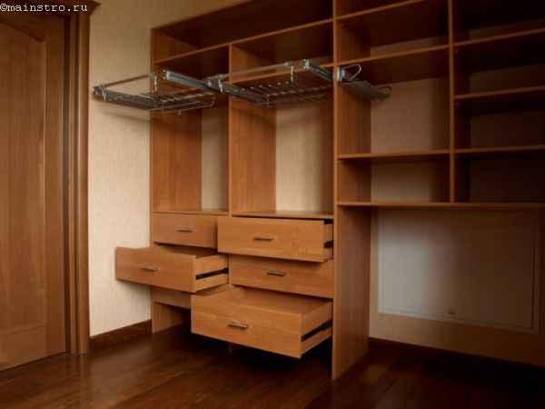 Вместительная гардеробная комната - фото